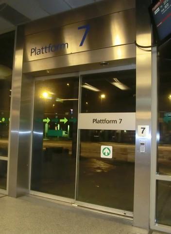 Väntan på Köpenhamns-bussen. 23.00 gick den. 0.30 gick två tullare och en hund ombord på bussen. Inget knark hittades.