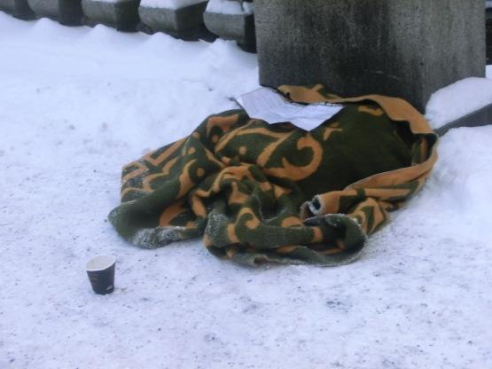 En stackars tiggare som måste vara ute i kylan för att få in pengar,